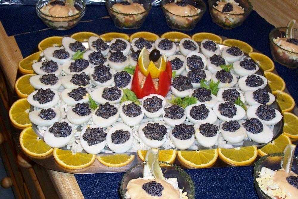 Как подать черную икру к праздничному столу пошагово